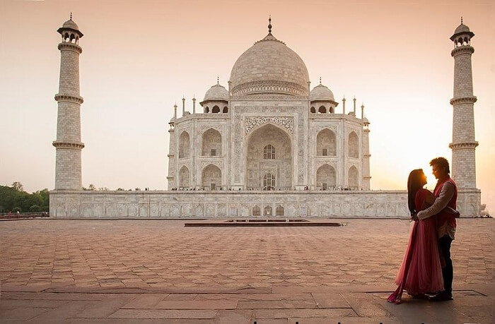 couple-at-taj-mahal
