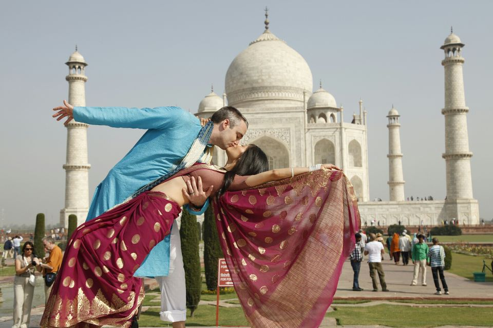 foreign couples in fron to f taj mahal agra, honeymooning in agra