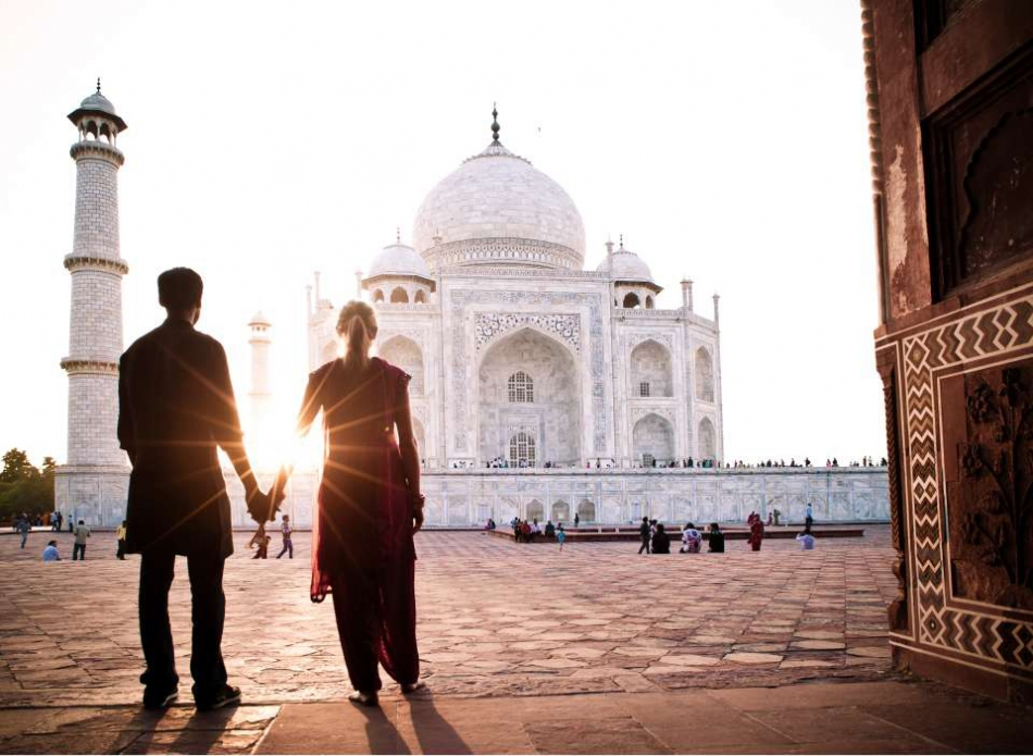 pictures with your travelling companion at taj mahal